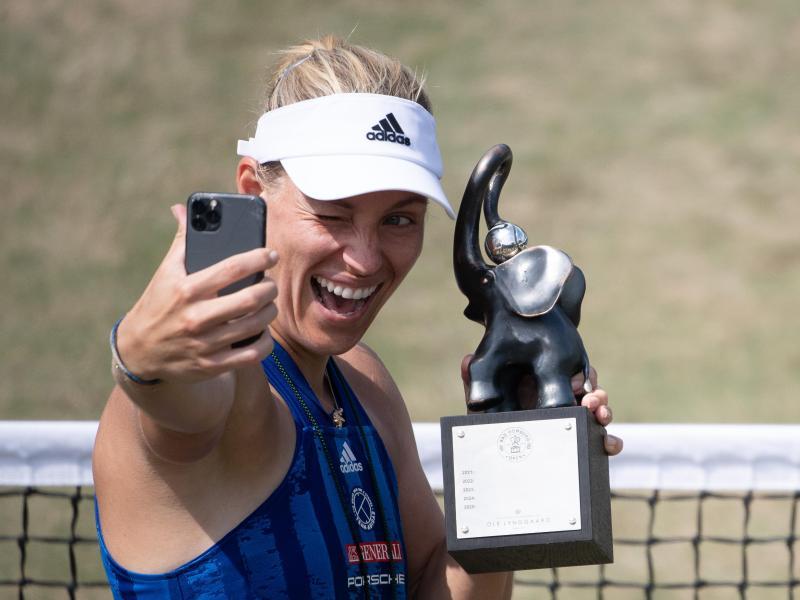 Angelique Kerber macht nach ihrem Sieg in Bad Homburg ein Selfie mit dem Pokal des Turniers. Foto: Sebastian Gollnow/dpa