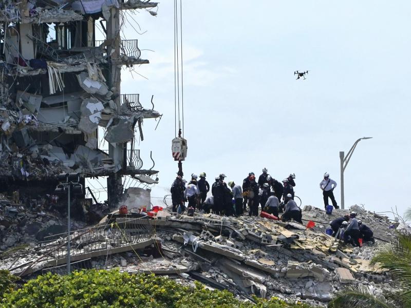 Rettungskräfte suchen in den Trümmern nach Überlebenden. Foto: Lynne Sladky/AP/dpa