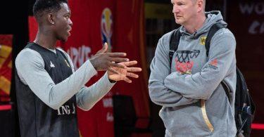 Auf NBA-Star Dennis Schröder (l) muss Basektball-Bundestrainer Henrik Rödl beim Quali-Turnier in Split verzichten. Foto: Swen Pförtner/dpa