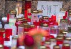 Trauerkerzen vor dem Kaufhaus in Würzburg, in dem ein Mann Menschen mit einem Messer attackiert hatte. Foto: Nicolas Armer/dpa