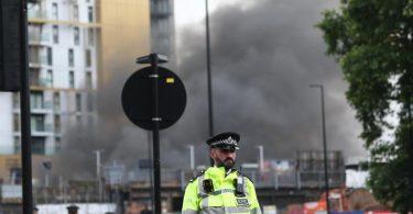 Polizisten haben einen Sicherheitsbereich um den Brand in der Nähe des Bahnhofs Elephant and Castle in Süd-London eingerichtet. Foto: Tayfun Salci/ZUMA Wire/dpa