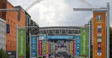Zuschauer strömen in London ins Wembley Stadion. Foto: Alberto Pezzali/AP/dpa