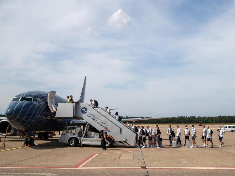Abflug der deutschen Nationalmannschaft nach London. Foto: Daniel Karmann/dpa