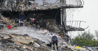 Die Suchteams sind rund um die Uhr im Einsatz - mit Spürhunden, Spezialkameras und Horchinstrumenten. Foto: Matias J. Ocner/Miami Herald via AP/dpa