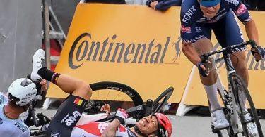 Der Australier Caleb Ewan (M) ist beim Sprint auf der dritten Etappe heftig gestürzt. Foto: David Stockman/BELGA/dpa