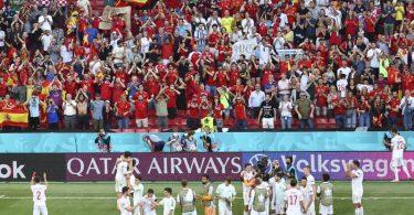 Die spanischen Spieler bejubeln mit ihren Fans den Einzug ins Viertelfinale. Foto: Wolfgang Rattay/Pool Reuters/AP/dpa