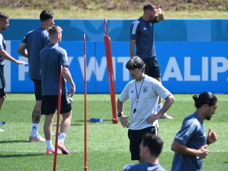 Die Europameisterschaft ist für Joachim Löw (M) das letzte Turnier als Bundestrainer. Foto: Federico Gambarini/dpa