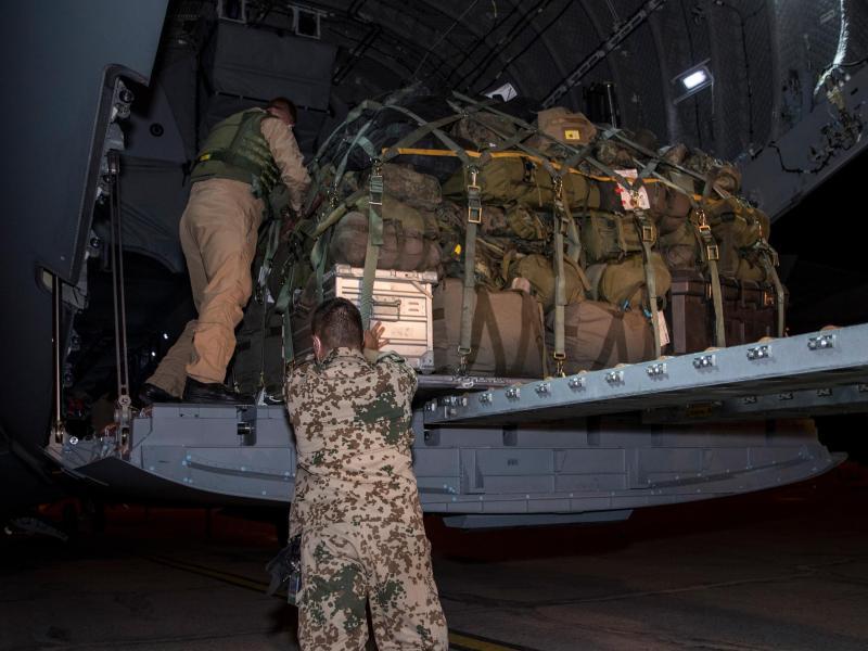 Soldaten der Bundeswehr laden in Masar-i-Scharif Gepäckstücke in ein Transportflugzeug A400M der Luftwaffe. Foto: Torsten Kraatz/Bundeswehr/dpa