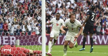 Harry Kane (2.vr) besiegelte Englands Sieg und damit das EM-Aus der deutschen Mannschaft. Foto: Andy Rain/Pool EPA/dpa