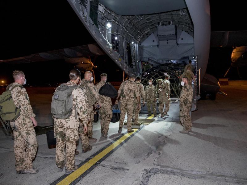Einsatz beendet: Bundeswehrsoldaten steigen im Feldlager in Masar-i-Scharif in ein Transportflugzeug A400M der Luftwaffe. Foto: Torsten Kraatz/Bundeswehr/dpa