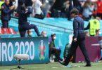 Bundestrainer Joachim Löw kehrt dem Spielfeld des Wembley-Stadions den Rücken. Foto: Christian Charisius/dpa
