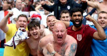 Englische Fußballfans feiern den Sieg gegen Deutschland - Schulter an Schulter - im Wembley Stadion. Foto: Nick Potts/PA Wire/dpa