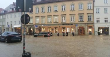 Wasser hat nach starkem Regen die Innenstadt von Landshut überflutet. Foto: Claudia Hagn/dpa