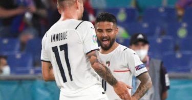 Die Italiener um Lorenzo Insigne (r) und Ciro Immobile wollen ins EM-Halbfinale. Foto: Alberto Lingria/Pool Reuters/AP/dpa