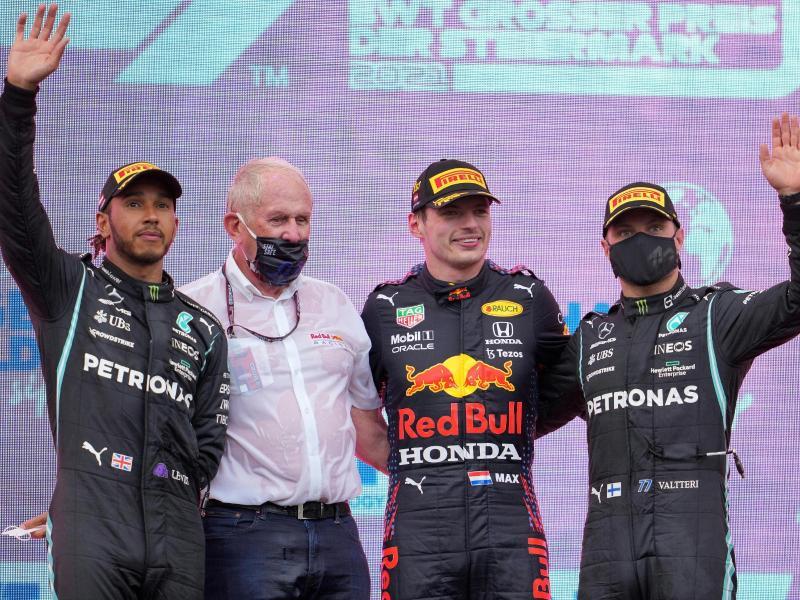 Nach seinem Sieg beim ersten Rennen in Österreich ist Max Verstappen (2.v.r.) erneut Favorit beim Heimrennen seines Red-Bull-Teams. Foto: Georg Hochmuth/APA/dpa