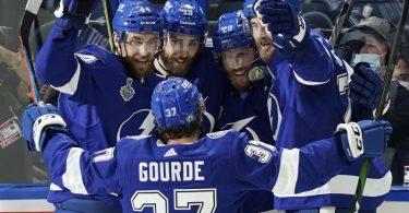 Die Spieler von Tampa Bay Lightning feiern ein Tor. Foto: Gerry Broome/AP/dpa