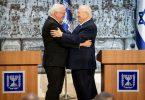 Bundespräsident Frank-Walter Steinmeier (l) und Reuven Rivlin, Staatspräsident von Israel, umarmen sich nach einer Pressekonferenz. Foto: Kay Nietfeld/dpa