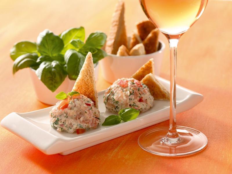 Zu trockenem Rosé passen Rillettes vom gebeizten Lachs. Zum dem Brotaufstrich passen etwas Salatgarnitur und Toastecken. Foto: Deutsches Weininstitut/dpa-tmn
