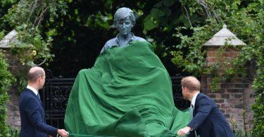 Prinz William und Prinz Harry enthüllen die Statue ihrer Mutter Diana im versunkenen Garten des Kensington Palastes. Foto: Dominic Lipinski/PA Wire/dpa