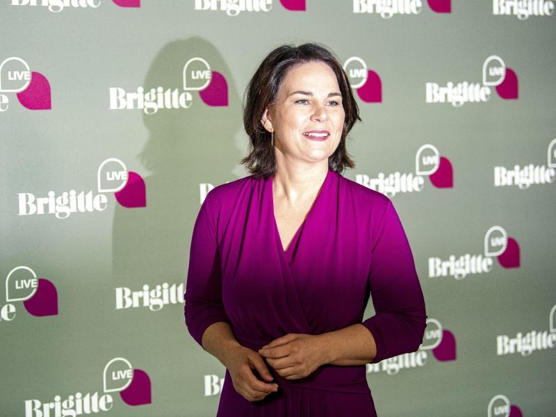 """Bei """"Brigitte Live"""" wehrt sich Grünen-Kanzlerkandidatin Annalena Baerbock gegen Vorwürfe. Foto: Fabian Sommer/dpa"""
