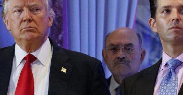 Allen Weisselberg, Finanzchef der Trump-Organisation, hinter Donald Trump und Trumps Sohn Donald Trump Jr. Foto: Evan Vucci/AP/dpa/Archivbild