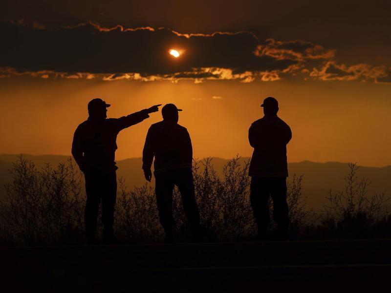 Drei Feuerwehrmänner bei der Überwachung des Lava Feuers in Kalifornien. Foto: Noah Berger/FR34727 AP/dpa
