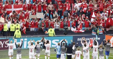Starker Rückhalt: Dänemarks Kicker feiern mit ihren Fans. Foto: Koen Van Weel/EPA Pool via AP/dpa
