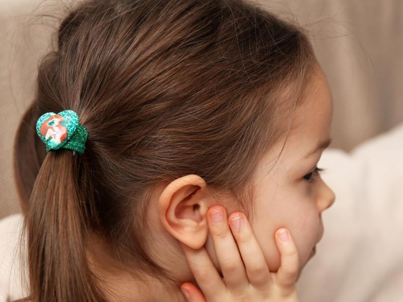 Vor allem Kinder sind von Kopfläusen betroffen. Eltern sollten handeln. Foto: Mascha Brichta/dpa-tmn