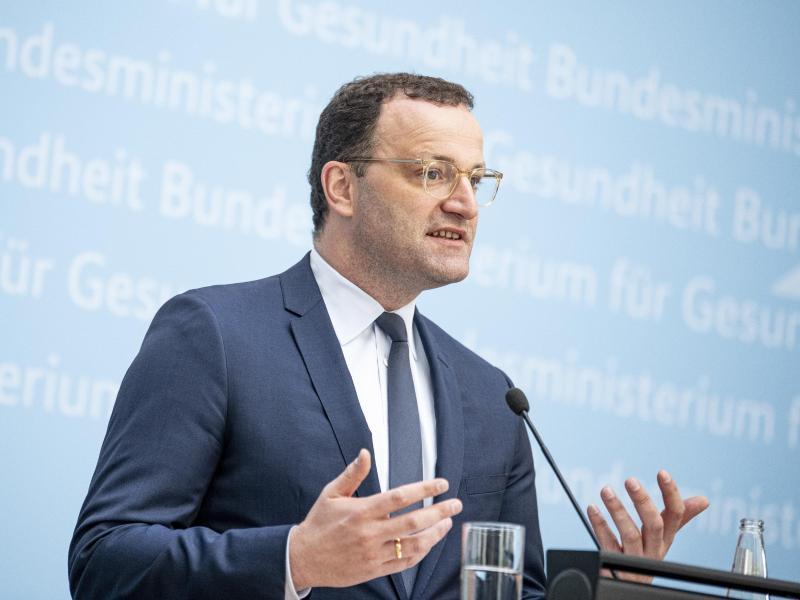 Jens Spahn äußert sich auf einer Pressekonferenz zu den Konsequenzen der Stiko-Empfehlung. Foto: Fabian Sommer/dpa
