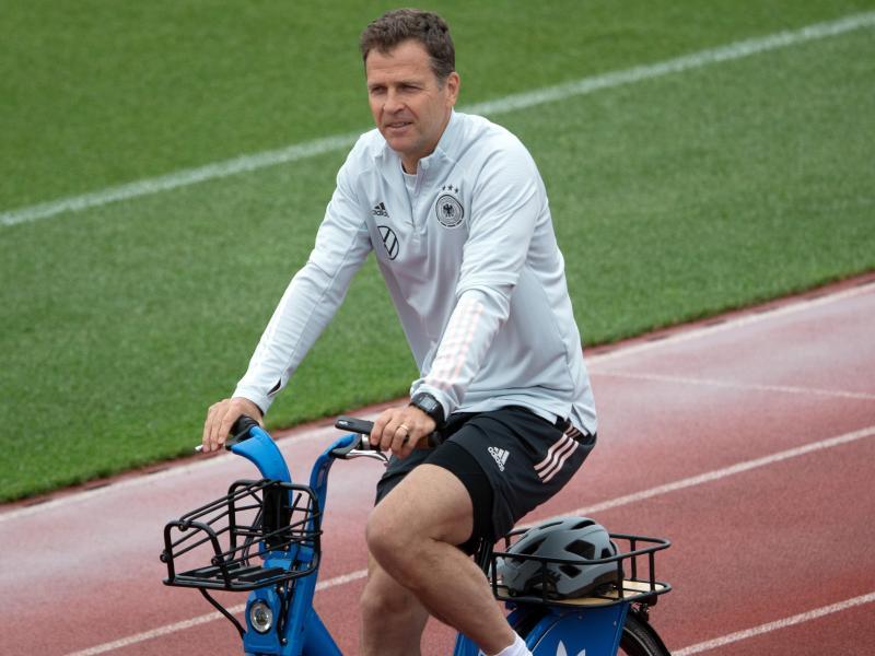 Im EM-Trainingslager oft auf dem Rad unterwegs: Oliver Bierhoff. Foto: Federico Gambarini/dpa