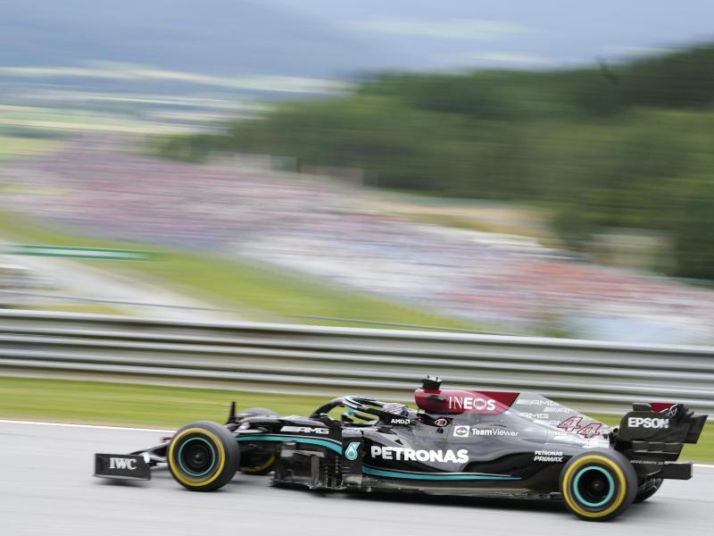 Weltmeister Lewis Hamilton fuhr im Training die Bestzeit. Foto: Darko Bandic/AP/dpa
