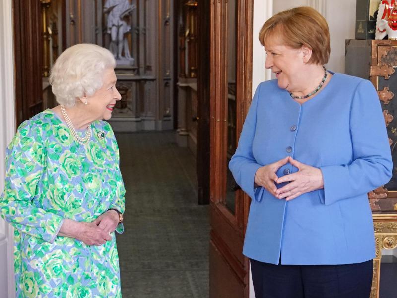 Große Ehre: Queen Elizabeth II. empfängt Angela Merkel auf Schloss Windsor. Foto: Steve Parsons/PA Wire/dpa