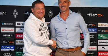 Gladbach-Sportdirektor Max Eberl (l) begrüßte den neuen Trainer Adi Hütter. Foto: Revierfoto/dpa