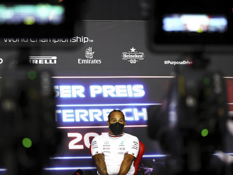 Lewis Hamilton nimmt an einer Pressekonferenz auf dem Red Bull Ring teil. Foto: Bryn Lennon/Pool Getty Images/AP/dpa
