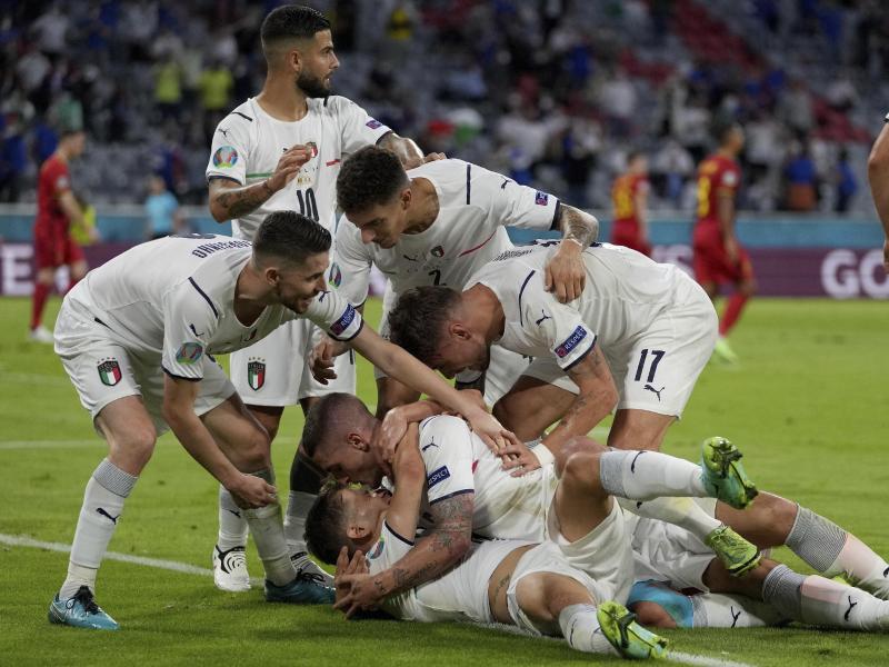 Das italienische Team jubelt nach dem Führungstreffer. Foto: Matthias Schrader/Pool AP/dpa