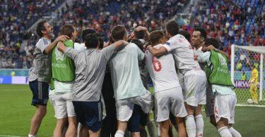 Spaniens Spieler feiern in St. Petersburg ihren Sieg im Elfmeterschießen. Foto: Kirill Kudryavtsev/Pool AFP/AP/dpa