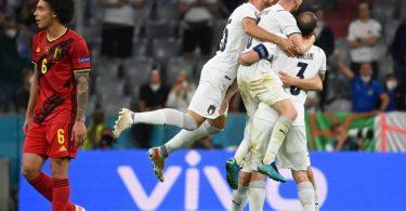 Während Italiens Spieler in München den Halbfinal-Einzug feiern, schaut Belgiens Axel Witsel (l) enttäuscht drein. Foto: Federico Gambarini/dpa