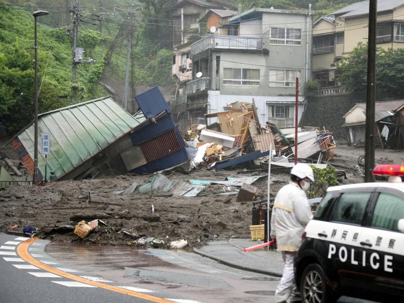 Eine Straße im japanischen Atami ist nach starkem Regen mit Schlamm, Geröll und Trümmern bedeckt. Foto: Naoya Osato/Kyodo News/AP/dpa