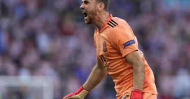 Feiert nach dem Kroatien-Sieg nun den Halbfinal-Einzug: Spaniens Unai Simón. Foto: Martin Meissner/AP Pool/dpa/Archivbild