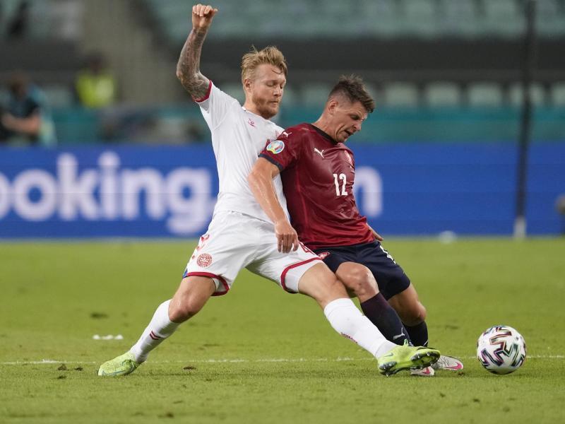 Dänemarks Simon Kjaer (l) und Tschechiens Lukas Masopust kämpfen um den Ball. Foto: Darko Vojinovic/Pool AP/dpa