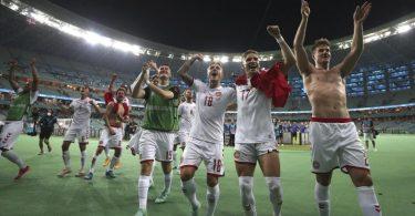 Dänemarks Spieler feiern nach demSpiel mit einigen Fans den Einzug ins EM-Halbfinale. Foto: Naomi Baker/Pool Getty/dpa