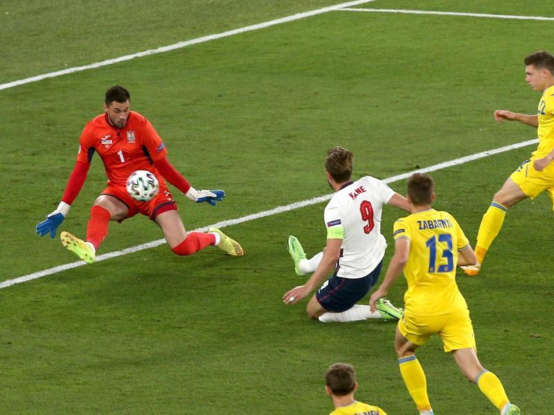 Englands Harry Kane (M) erzielt früh im Spiel das Tor zur 1:0-Führung gegen die Ukraine. Foto: Marco Iacobucci/PA Wire/dpa