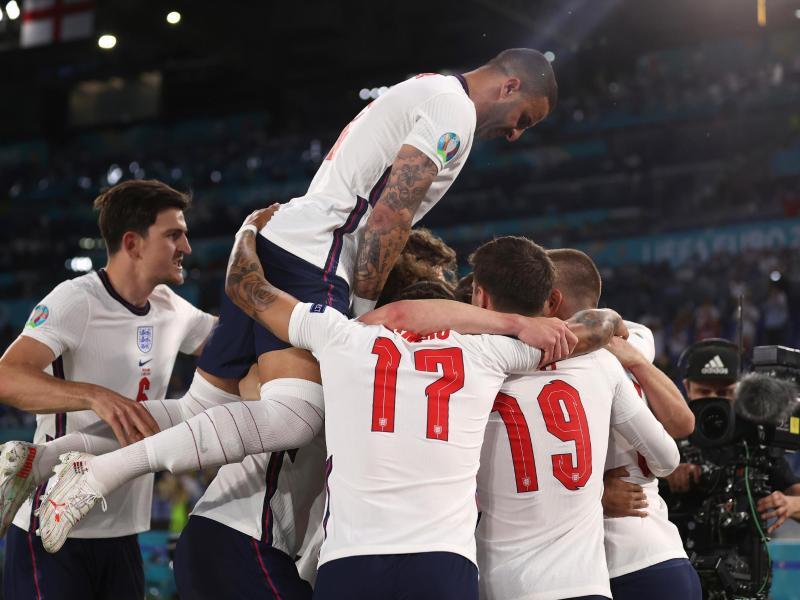 Englands Spieler bejubeln den Erfolg im Viertelfinale. Foto: Lars Baron/Pool Getty/dpa