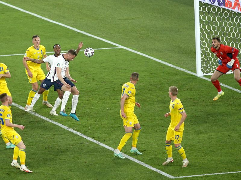 Englands Jordan Henderson (M) erzielt das Tor zum 4:0 gegen die Ukraine. Foto: Marco Iacobucci/PA Wire/dpa