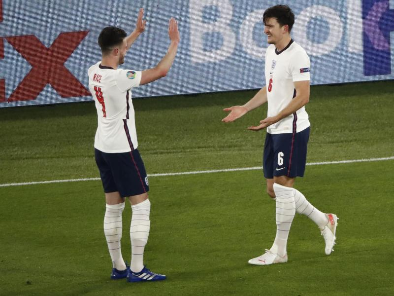 Englands Harry Maguire (r) bejubelt sein Tor zur 2:0-Führung mit Declan Rice. Foto: Alessandro Garofalo/Pool Reuters/dpa
