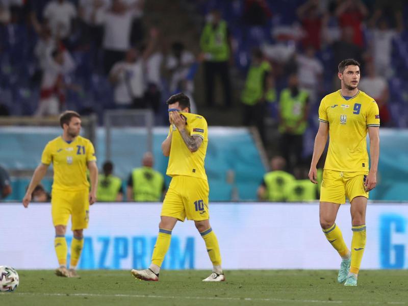 Gegen England ist den Ukrainern keine Überraschung gelungen: Enttäuscht stehen die Spieler auf dem Platz. Foto: Lars Baron/Pool Getty/dpa