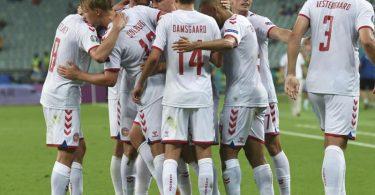 Die Dänen freuen sich über den Sieg, sind aber in Gedanken bei einem ihrer Teamkollegen. Foto: Ozan Kose/Pool AFP/dpa