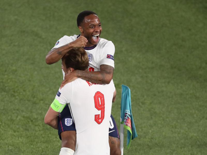 Pure Freude bei Englands Raheem Sterling und Harry Kane - im Halbfinale dürfte es härter werden. Foto: Jonathan Moscrop/CSM via ZUMA Wire/dpa