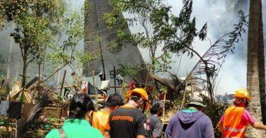 Mehrre Rettungskräfte an der Absturzstelle des philippinischen Militärflugzeugs C-130. Foto: Joint Task Force - Sulu/AP/dpa