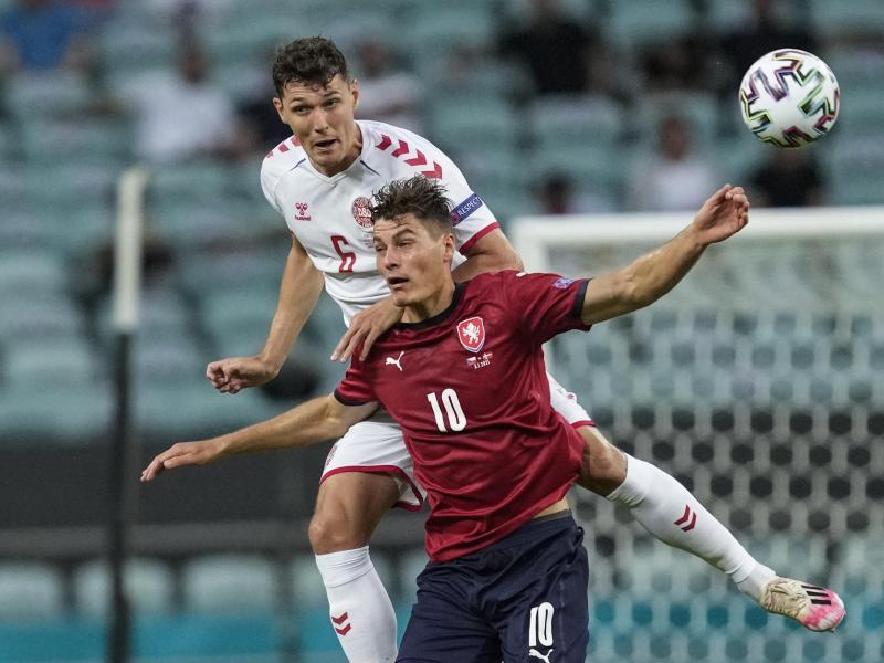 Stürmerstar Patrik Schick (r) schied mit Tschechien im EM-Viertelfinale aus. Foto: Darko Vojinovic/Pool AP/dpa